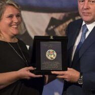 Il presidente dell'IJF premia l'italiana Elisabetta Fratini